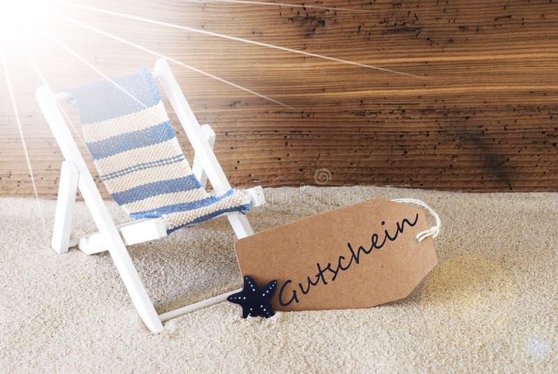verão Sunny Label, o texto alemão Gutschein significa o comprovante fotografia de stock
