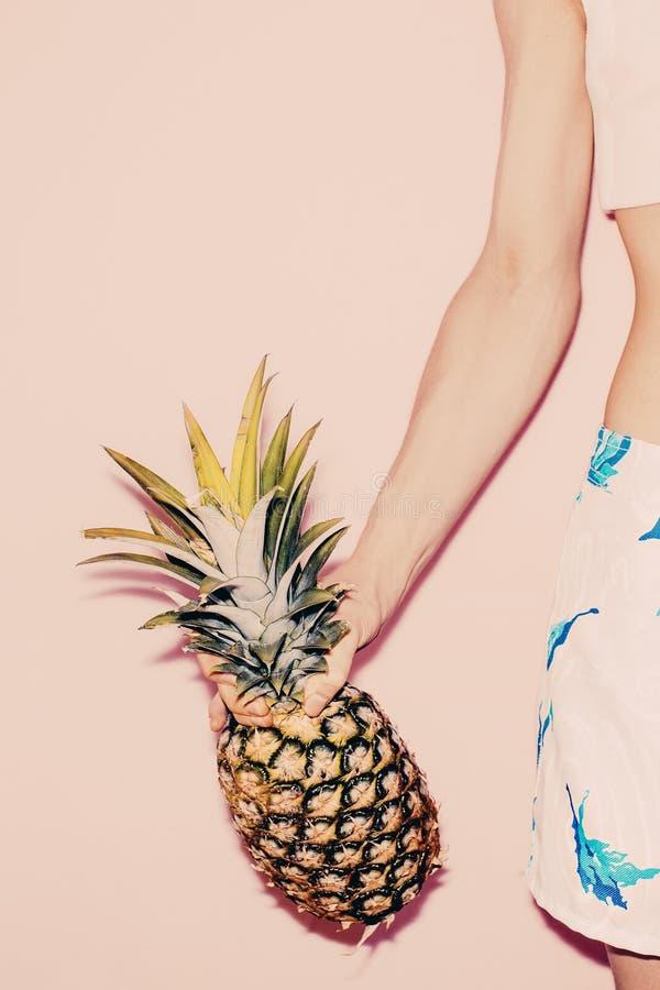 Verão tropical Menina da forma com abacaxi imagens de stock