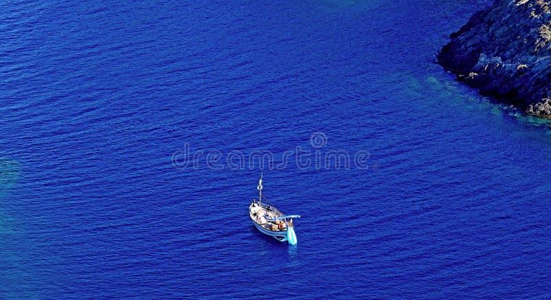 verão: um barco do marinheiro em uma angra do cabo das cruzes na Espanha com mar azul imagens de stock