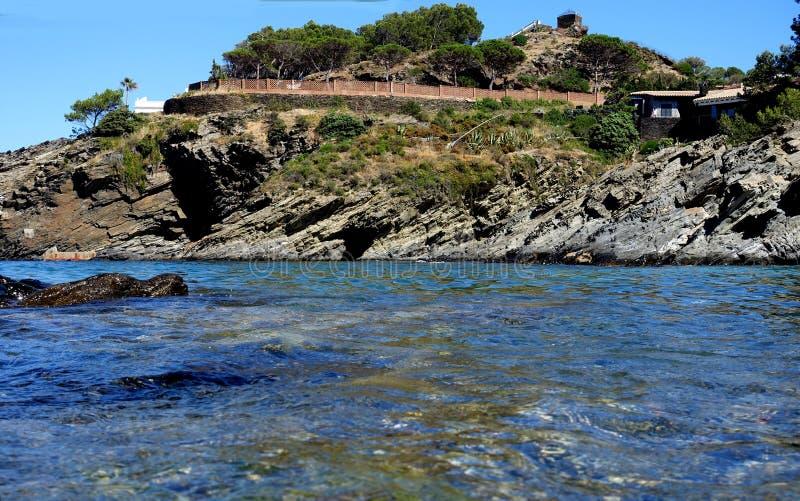 verão: uma angra do cabo das cruzes na Espanha com mar azul fotos de stock