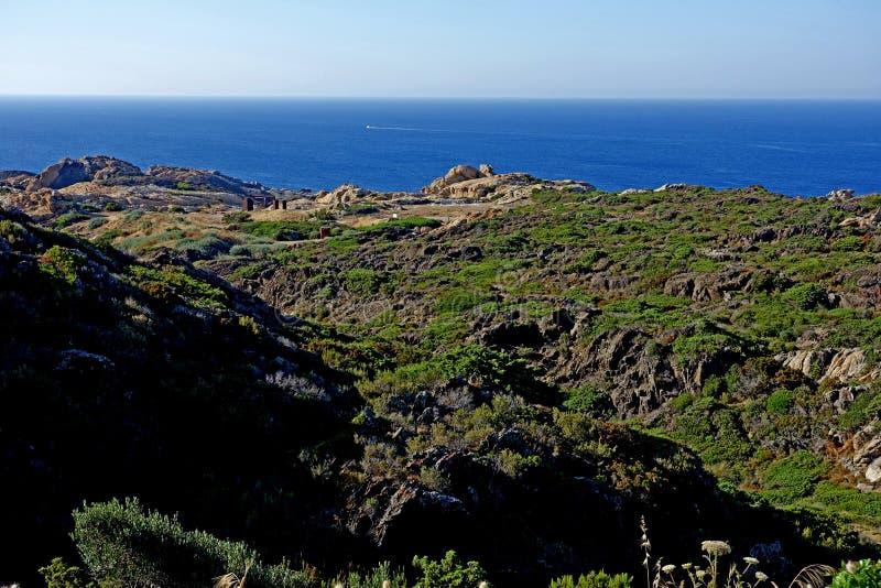 verão: uma angra do cabo das cruzes na Espanha com mar azul imagem de stock