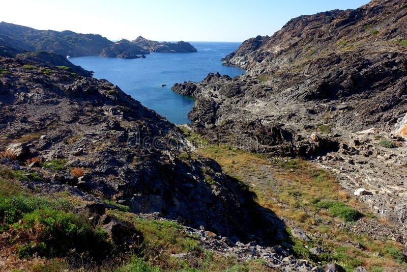 verão: uma angra do cabo das cruzes na Espanha com mar azul foto de stock royalty free