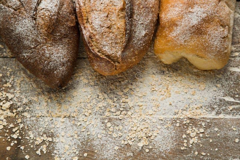 Veränderungen des Brotes auf die Oberseite des Holztischs mit Mehl stockfotos