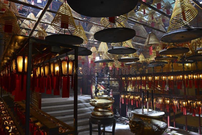 Verärgern Sie Burning mit Laternen in schwach beleuchtetem, traditionellem Tempel in Hong Kong stockfotos
