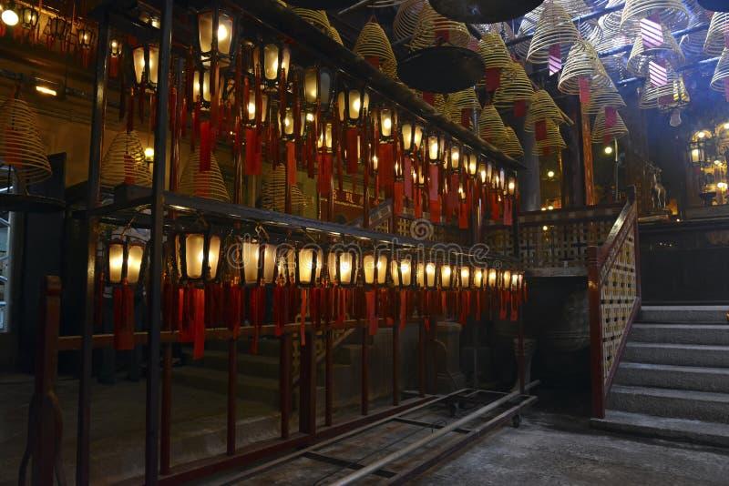 Verärgern Sie Burning mit Laternen in schwach beleuchtetem, traditionellem Tempel in Hong Kong lizenzfreies stockfoto
