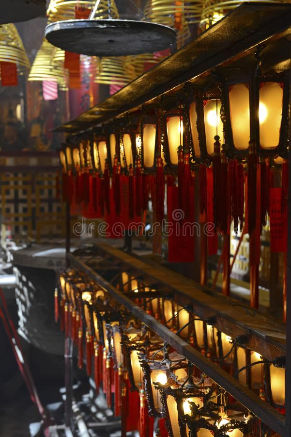 Verärgern Sie Burning mit Laternen in schwach beleuchtetem, traditionellem Tempel in Hong Kong stockfoto