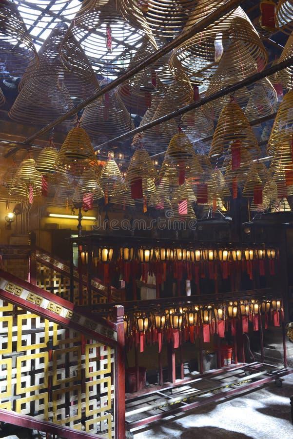 Verärgern Sie Burning mit Laternen in schwach beleuchtetem, traditionellem Tempel in Hong Kong stockbilder