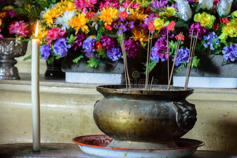 Verärgern Sie Töpfe und Kerzen für heiligen Segen der Anbetung in den buddhistischen Tempeln, die auf dem Verstand, Glauben an Re stockfoto