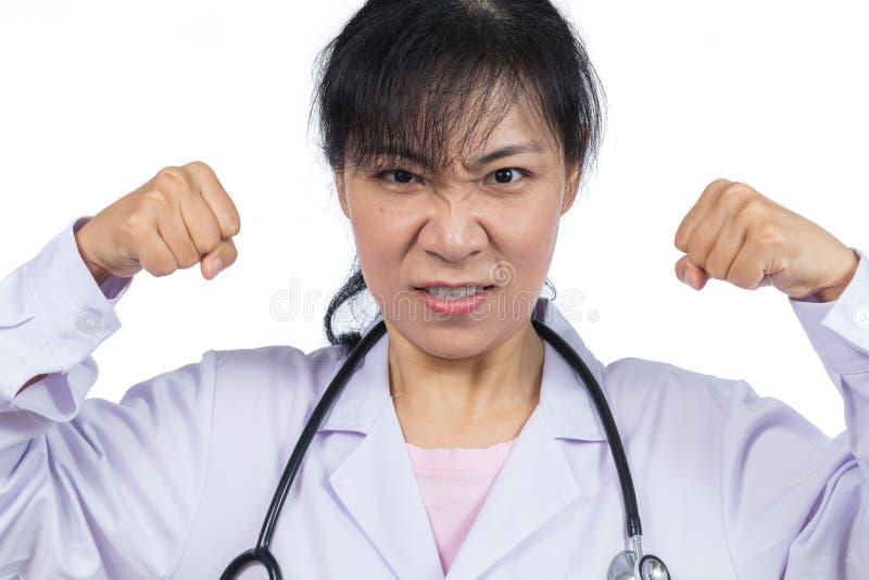 Verärgerte asiatische Ärztin, die drohende Fäuste zeigt lizenzfreie stockfotografie