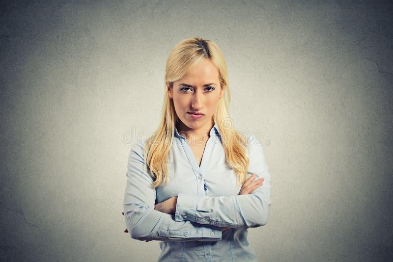Verärgerte Blondine des Porträts auf grauem Hintergrund lizenzfreies stockbild