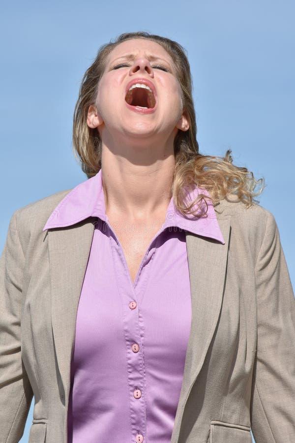 Verärgerte erwachsene blonde Geschäftsfrau lizenzfreie stockfotos