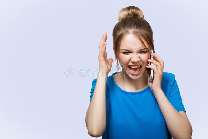 Verärgerte Frau, die am Telefon schreit lizenzfreies stockbild