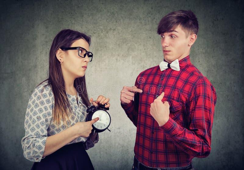 Verärgerte Frau konfrontiert ihren Freund, der spät ist lizenzfreies stockfoto