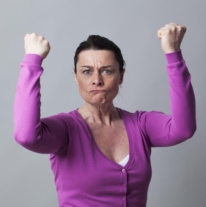 Verärgerte Frau 40s, die ihr Verbitterung zeigend gestikuliert stockfotos