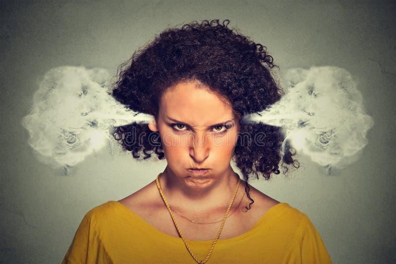 Verärgerte Frau, Schlagdampf, der aus Ohren herauskommt lizenzfreies stockfoto