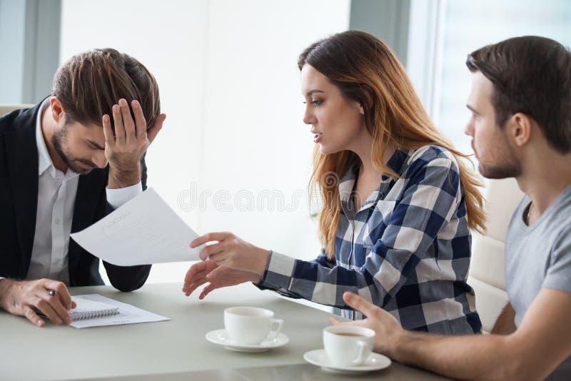 Verärgerte Frauendebatte mit gestörtem Berater auf Vertragsfehler stockfotos
