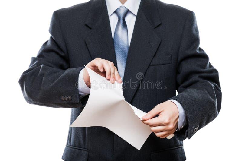 Verärgerte Geschäftsmannhandzerreißendes Papierdokument lizenzfreies stockfoto