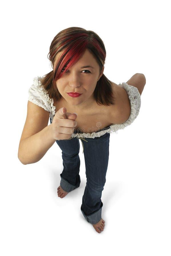 Verärgerte junge Frau, die in Richtung zur Kamera zeigt stockbilder