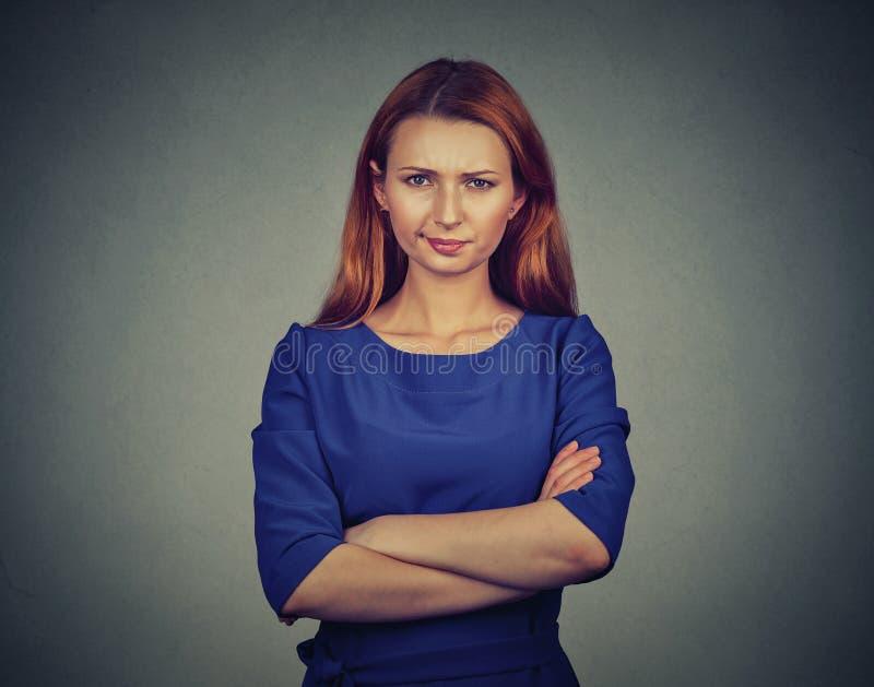 Verärgerte junge Frau, seiend skeptisch, missfallen stockfoto