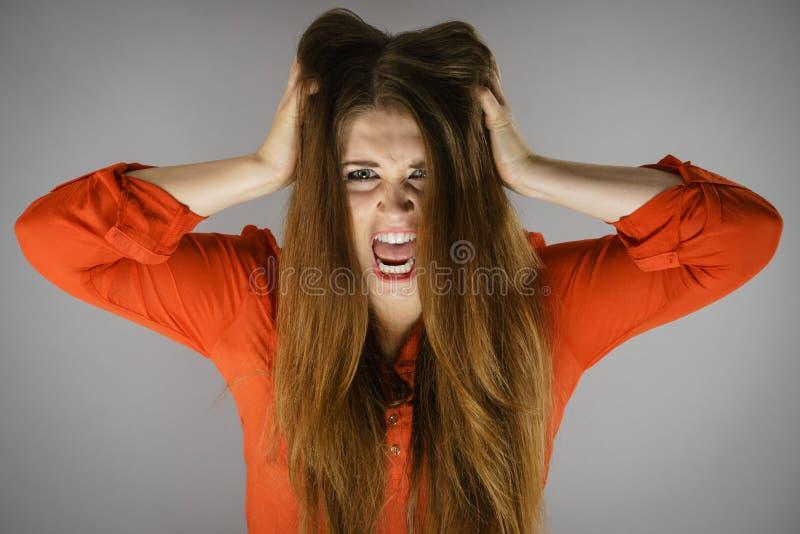 Verärgerte junge hübsche Frau stockfoto