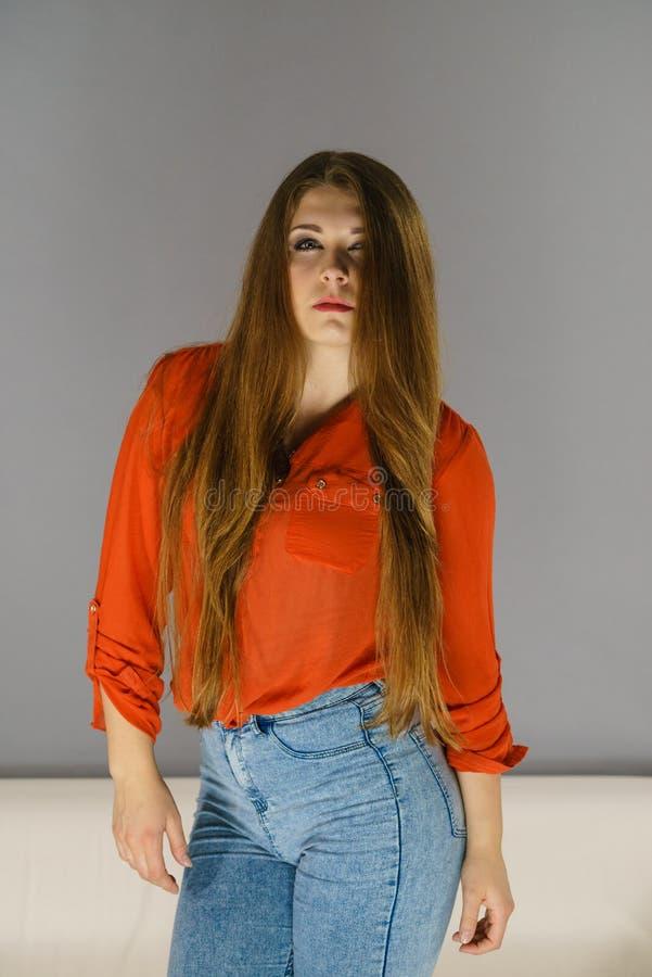 Verärgerte junge hübsche Frau stockfotos