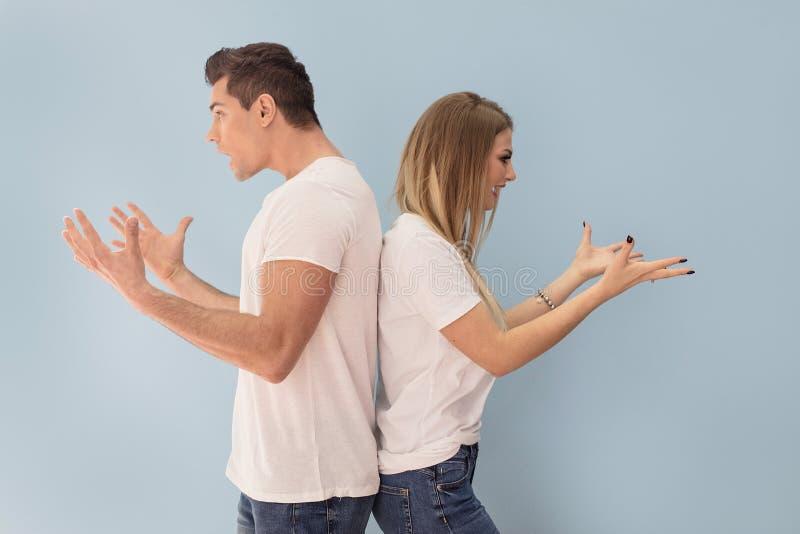 Verärgerte junge Paarargumentierung lizenzfreies stockbild