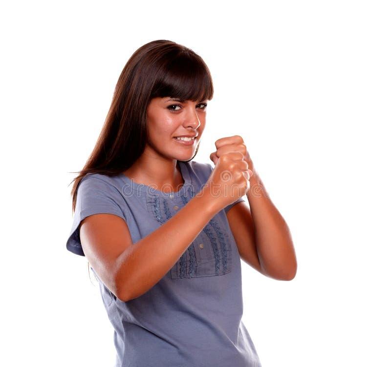 Verärgerte lateinische junge Frau mit den geballten Fäusten lizenzfreies stockbild