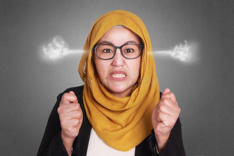 Verärgerte moslemische Geschäftsfrau stockbilder