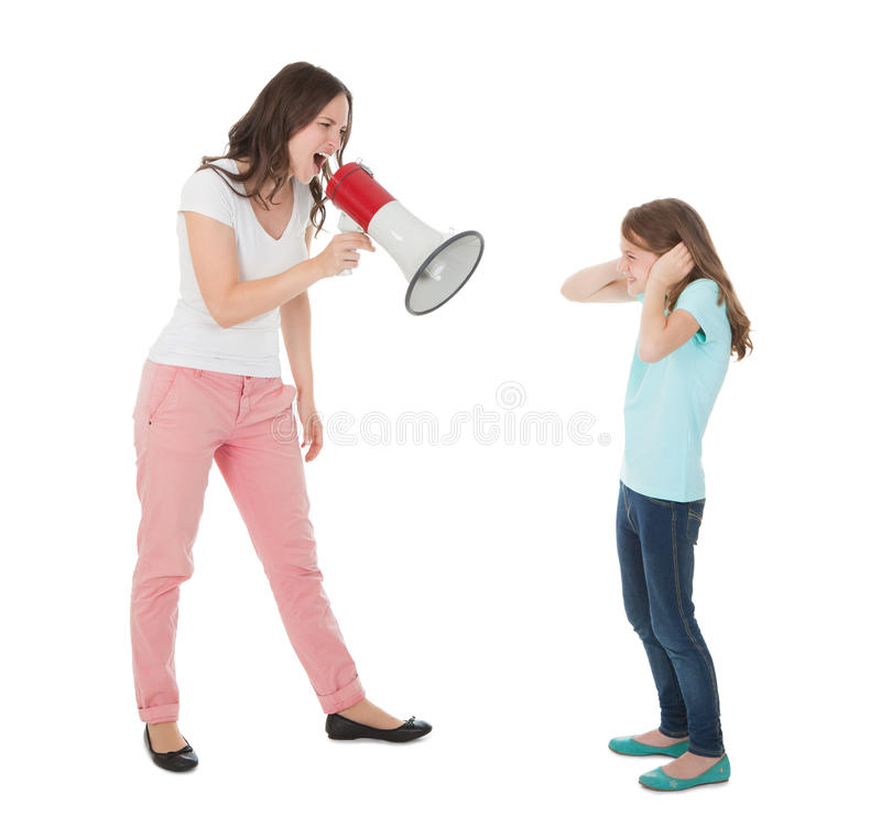 Verärgerte Mutter, die durch Megaphon an der Tochter schreit lizenzfreie stockbilder