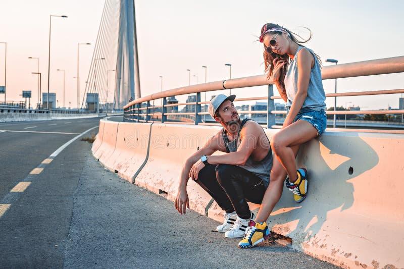 Verärgerte Paare auf te Brücke stockbild