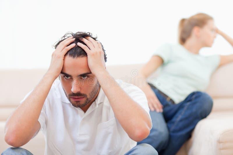 Verärgerte Paare wütend an einander lizenzfreie stockfotografie