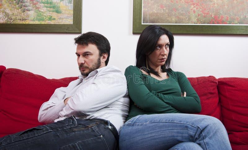 Verärgerte Paare zu Hause lizenzfreie stockfotografie