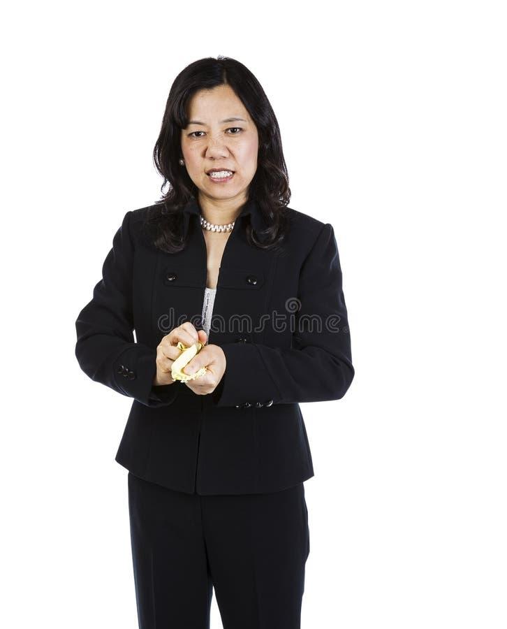 Verärgerte reife Frau mit zerquetschtem Papier in den Händen lizenzfreie stockfotografie