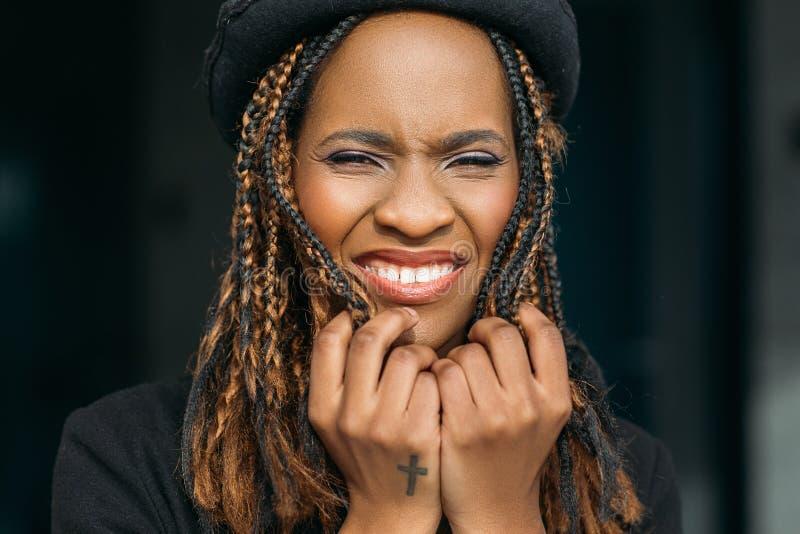 Verärgerte schwarze Frau auf dunklem Hintergrund stockbilder