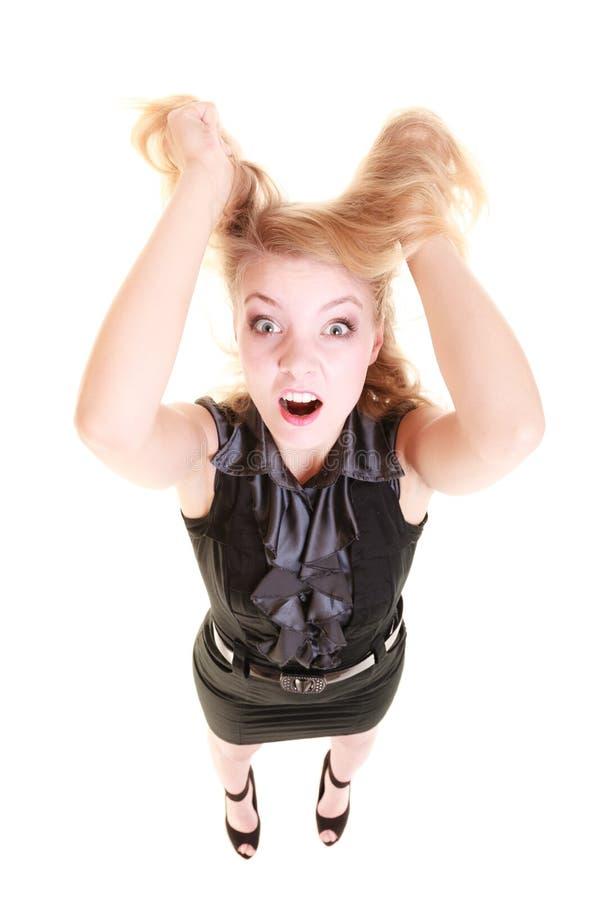 Verärgerte wütende Frau, die unordentliches Haar schreit und zieht stockbilder