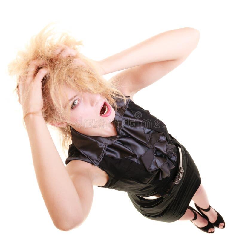 Verärgerte wütende Frau, die unordentliches Haar schreit und zieht lizenzfreies stockfoto