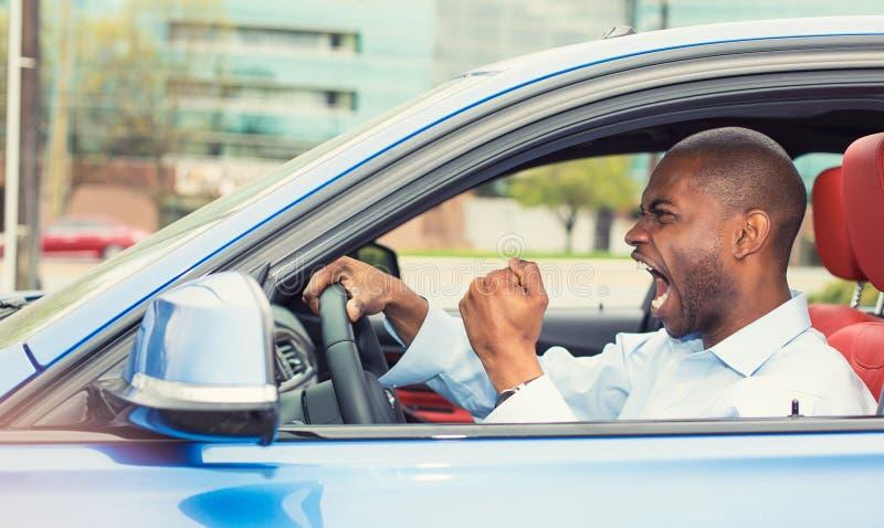 Verärgerter ärgerlicher aggressiver Mann, der das Auto, schreiend fährt lizenzfreie stockbilder