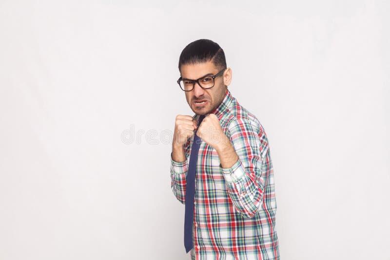 Verärgerter bärtiger Geschäftsmann im bunten karierten Hemd, blaue Bindung stockbild