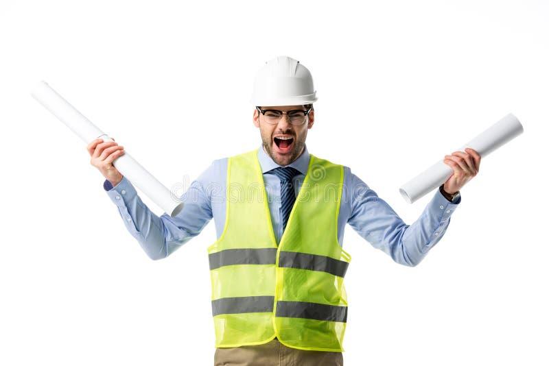 Verärgerter Bauarbeiter in der reflektierenden Weste und im Schutzhelm, die Pläne hält lizenzfreies stockbild
