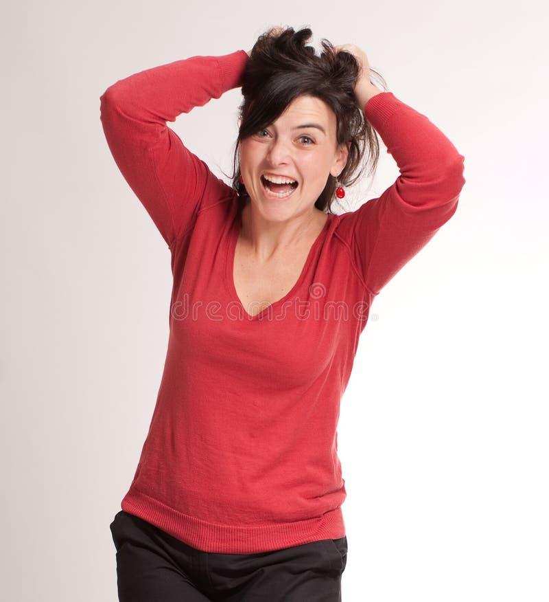Verärgerter Brunette, der ihr Haar zieht lizenzfreies stockfoto