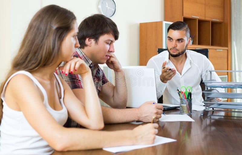 Verärgerter Chef mit Angestellten im Büro lizenzfreie stockbilder