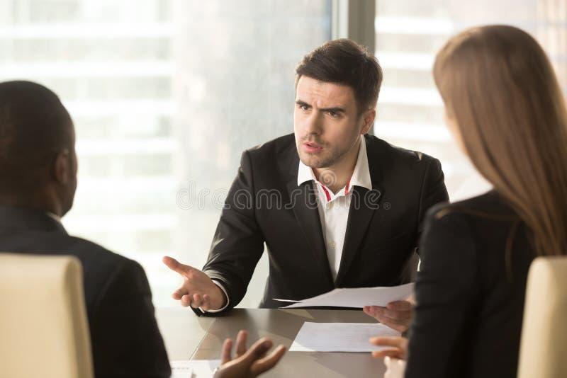 Verärgerter Chef unzufrieden gemacht mit schlechtem Ergebnis, Partner, die ungefähr argumentieren stockbild