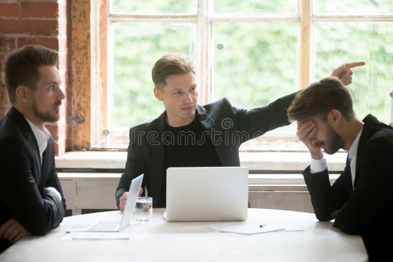 Verärgerter Chefzündungsangestellter mit Handzeichen bei der Bürositzung lizenzfreies stockbild