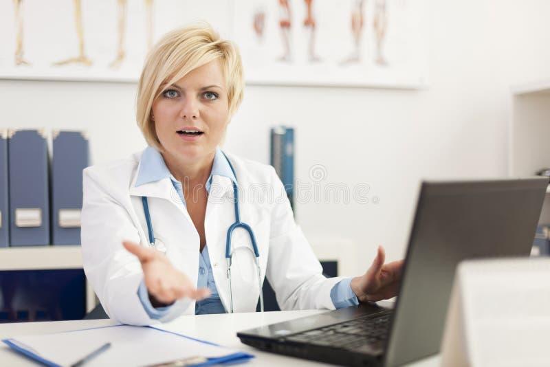 Verärgerter Doktor, der etwas erklärt lizenzfreie stockfotografie