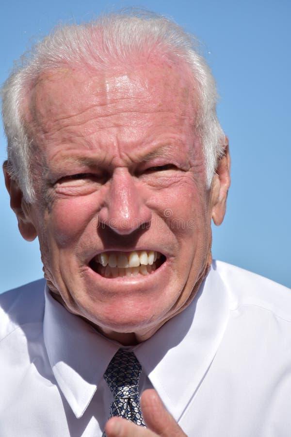 Verärgerter erwachsener älterer Geschäftsmann Isolated stockbild
