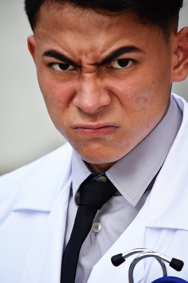 Verärgerter erwachsener Mannesdoktor stockfoto