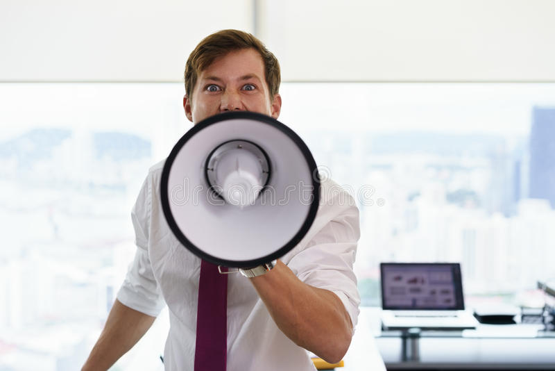 Verärgerter Geschäftsmann Corporate Worker Screams mit Megaphon stockfotografie