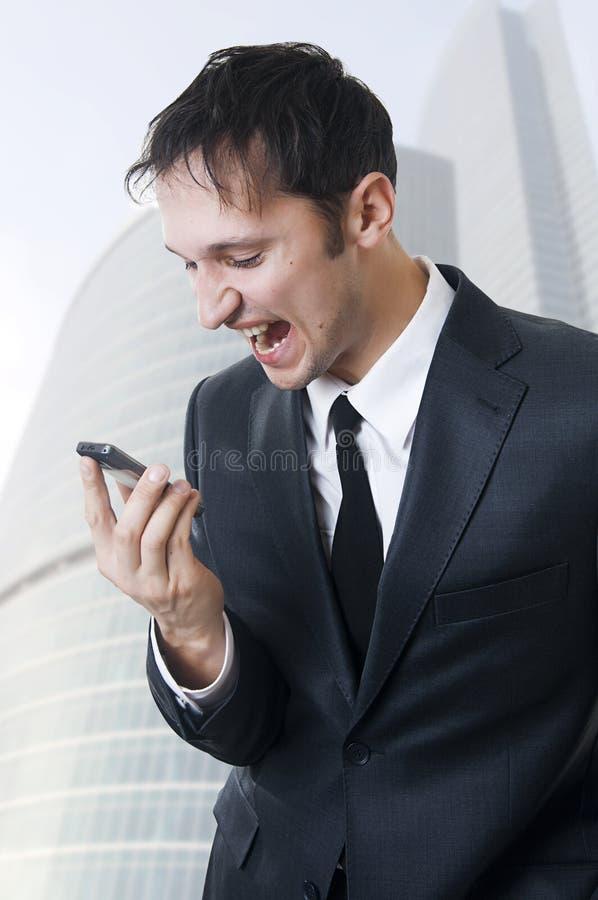 Verärgerter Geschäftsmann, Der Am Telefon Schreit Stockbild