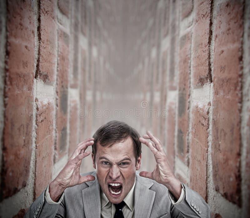 Verärgerter Geschäftsmann in einer Sackgasse lizenzfreies stockfoto