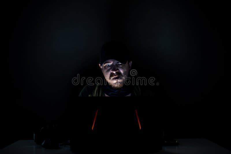 Verärgerter Internetnutzer in der Dunkelheit lizenzfreie stockfotografie